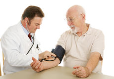 Médico mayor - presión arterial Foto de archivo