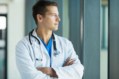 Médico novo pensativo imagem de stock royalty free