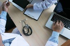 Médico profissional no revestimento uniforme branco do vestido que trabalha l Fotografia de Stock