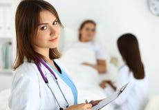 Médico pronto para examinar e ajudar imagem de stock