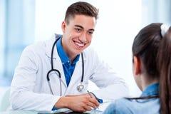 Médico que atende ao paciente foto de stock royalty free