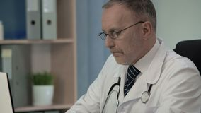 Médico que estuda MRI e certificação do correio sério da escrita da doença aos colegas vídeos de arquivo