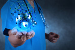 Médico que guarda um gobe do mundo em suas mãos imagem de stock royalty free
