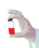 Médico que lleva a cabo una medicina para una inyección Fotos de archivo