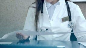 Médico que olha em resultados do cardiograma video estoque