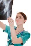 Médico que olha a imagem do raio X Fotografia de Stock