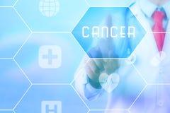 Médico que pressiona o botão 'do câncer' no tela táctil virtual no fundo azul da tecnologia Fotos de Stock
