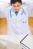 Médico que se relaja en la oficina. visión superior foto de archivo libre de regalías