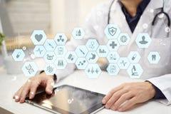 Médico que trabaja con el interfaz moderno de la pantalla virtual del ordenador Concepto de la medicina ELLA, historiales médicos Fotografía de archivo