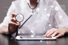 Médico que trabaja con el interfaz moderno de la pantalla virtual del ordenador Tecnología de la medicina y concepto de la atenci Fotos de archivo libres de regalías