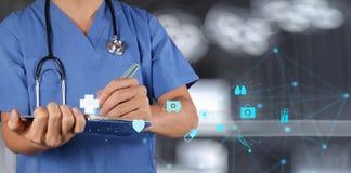 Médico que trabaja con el tablero de la nota Foto de archivo libre de regalías