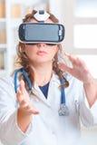 Médico que usa auriculares da realidade virtual imagem de stock royalty free