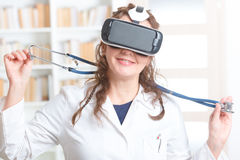 Médico que usa las auriculares de la realidad virtual Foto de archivo libre de regalías