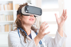 Médico que usa las auriculares de la realidad virtual Fotos de archivo