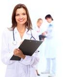 Médico sonriente y encima Imagenes de archivo