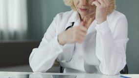 Médico superior que olha o raio X do pulmão no hospital, nos cuidados médicos e na medicina filme