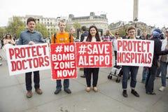 Médicos bajo fuego Reunión en Trafalgar Square fotos de archivo