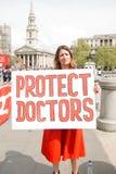 Médicos bajo fuego Reunión en Trafalgar Square Fotos de archivo libres de regalías