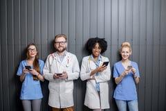 Médicos con los teléfonos dentro Imagenes de archivo