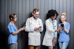 Médicos con los teléfonos dentro Foto de archivo