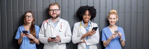 Médicos con los teléfonos dentro Imagen de archivo libre de regalías