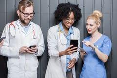 Médicos con los teléfonos dentro Fotos de archivo libres de regalías