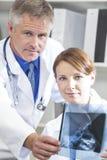 Médicos de hospital de sexo masculino y de sexo femenino con la radiografía imagen de archivo libre de regalías