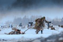 Médicos del ejército rojo en la acción con el soldado herido en la batalla Imagen de archivo libre de regalías