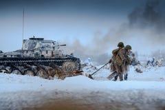 Médicos del ejército rojo en la acción con el soldado herido en la batalla Foto de archivo