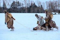Médicos do exército vermelho na ação com o soldado ferido Imagens de Stock Royalty Free