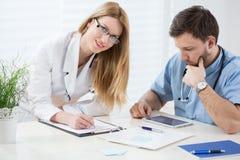 Médicos jovenes en oficina Fotos de archivo libres de regalías
