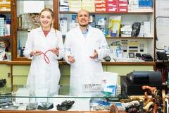 Médicos profissionais que oferecem bens ortopédicos Imagem de Stock Royalty Free