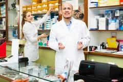 Médicos profissionais que oferecem bens ortopédicos Imagem de Stock