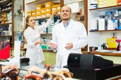 Médicos profissionais que oferecem bens ortopédicos Foto de Stock Royalty Free