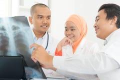 Médicos que discuten en imagen de la radiografía Imagen de archivo libre de regalías