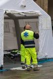 Médicos que hablan fuera de la tienda temporal blanca del centro de control de rescate Fotos de archivo libres de regalías