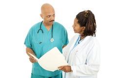 Médicos que lêem a carta fotografia de stock