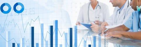 Médicos que têm uma reunião com cartas e figuras efeito da transição das estatísticas imagens de stock