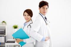 médicos que trabajan en una oficina del hospital Fotografía de archivo libre de regalías