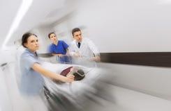 Médicos y paciente en la camilla del hospital en la emergencia Fotos de archivo libres de regalías
