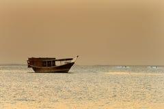 Médio Oriente: O barco de vela tradicional é chamado o Dhow imagens de stock royalty free