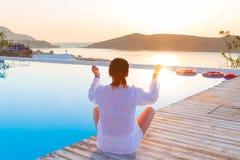 Méditation au lever de soleil Image stock