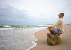 Méditation au temps de coucher du soleil Photographie stock libre de droits