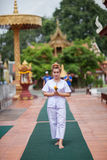 Méditation bouddhiste de nonnes marchant sur le temple de la Thaïlande Image stock