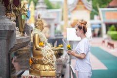 Méditation bouddhiste de nonnes sur le temple de la Thaïlande Images libres de droits