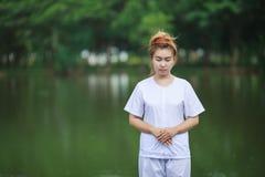 Méditation bouddhiste de nonnes sur le temple de la Thaïlande Photo libre de droits