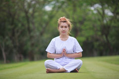 Méditation bouddhiste de nonnes sur le temple de la Thaïlande Photographie stock libre de droits
