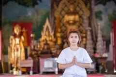 Méditation bouddhiste de nonnes sur le temple de la Thaïlande Image stock