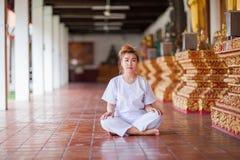 Méditation bouddhiste de nonnes sur le temple de la Thaïlande Photo stock