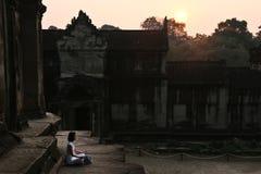 Méditation décontractée au lever de soleil dans les temples antiques image stock